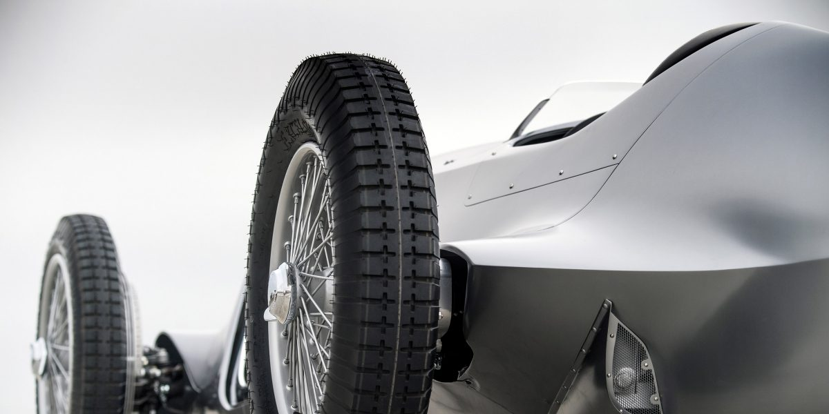19-Inch Center-Locking Wire-Spoke Wheels With Period Cross-Ply Competition Tires   INFINITI Prototype 9 e-roadster