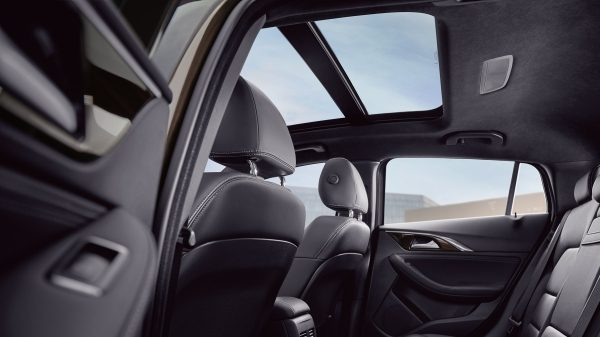 2018 INFINITI QX30 Premium Crossover Panoramic Moonroof